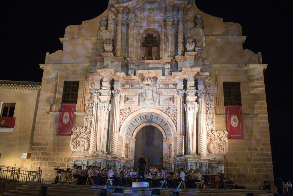 La Agrupación Musical 'Caravacaca de la Cruz' actuando en la puerta de la Basílica.