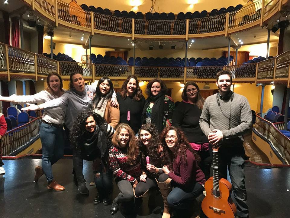 Las 'Chiriwoman' ensayando en el Teatro Thuillier junto a un miembro de la Chirigota de Caravaca 'Los echaos pa'alante'.