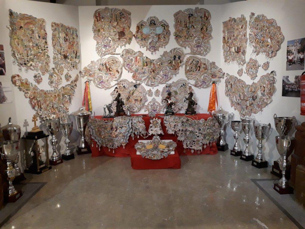 Piezas de enjaezamiento y trofeos en la exposición de la Peña del Mayrena.